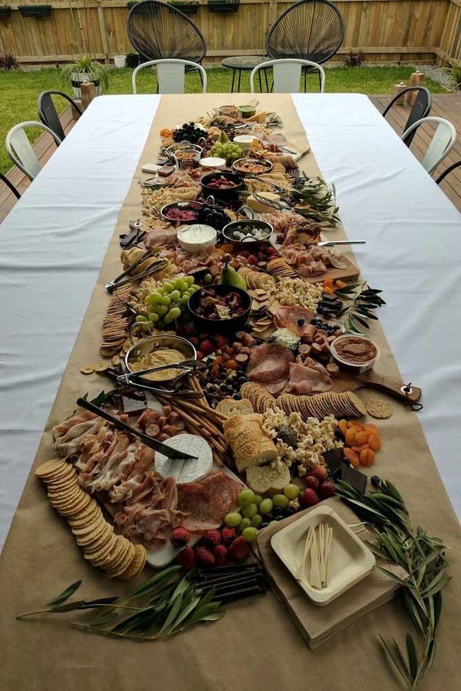 Mesa de frios para casamento ou outro tipo de evento maior; no menu, opções de torradas, queijos e frutas