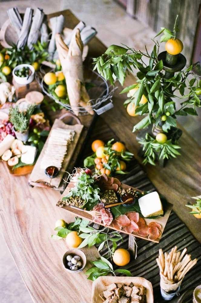Mesa de frios com ervas, queijos e embutidos