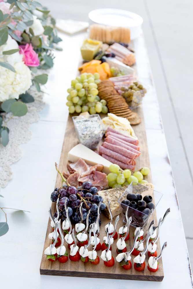 Tábua de frios com embutidos e queijos variados, além de uvas, azeitonas e outros aperitivos