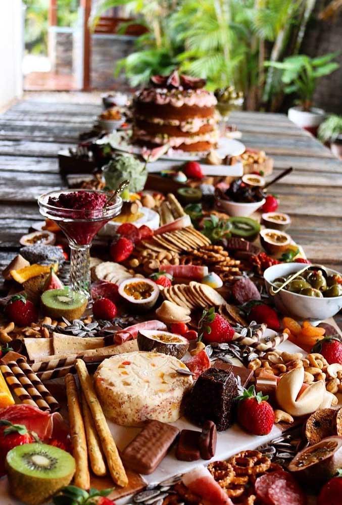 Mesa de frios para casamento ou aniversário em estilo rústico, com frutas delicadas, queijos variados e embutidos