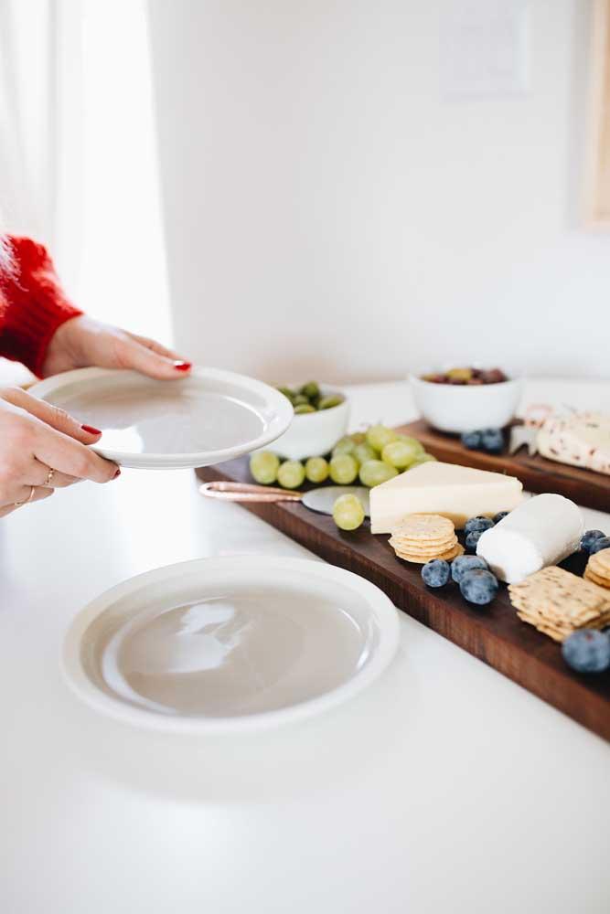 A disposição correta de pratos e talheres é essencial para acompanhar a mesa de frios