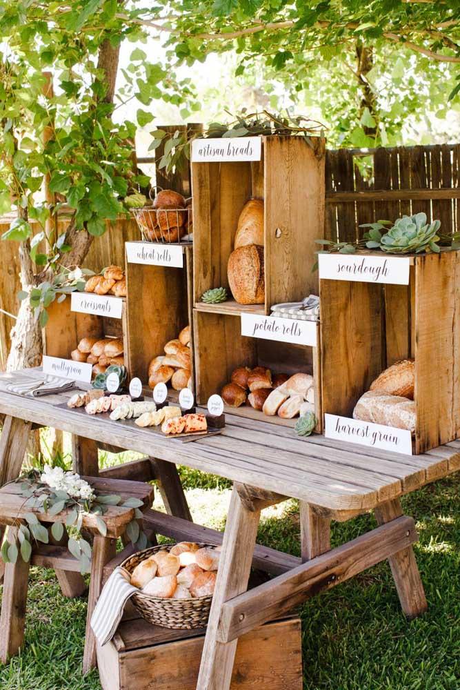 Que ideia incrível! A mesa de frios do evento ganhou uma galeria de pães especiais