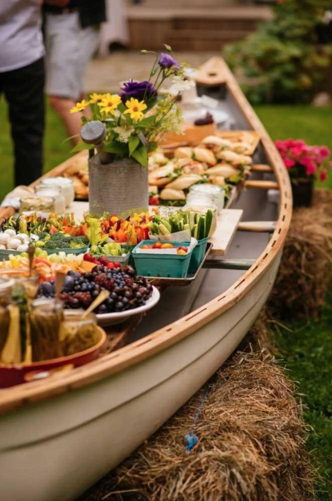 Linda proposta de mesa de frios, ou melhor, barca de frios