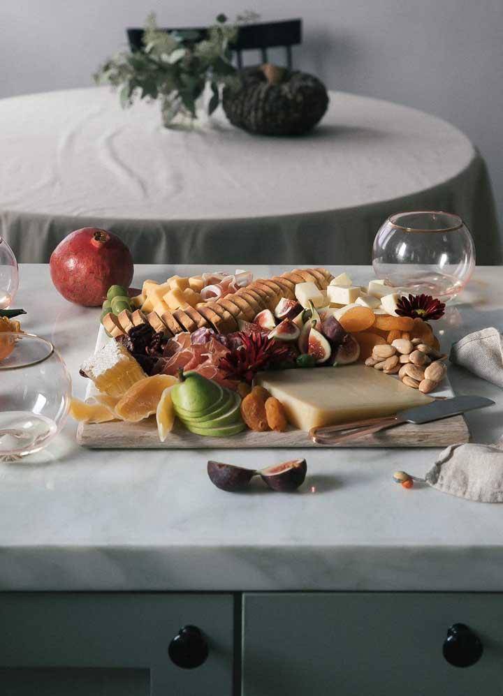 Opte por servir as frutas já cortadas na mesa de frios, isso evita o desperdício