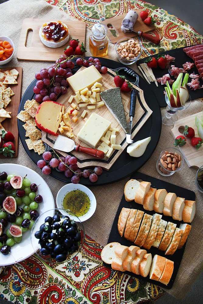 Uma mesa de frios chique e elegante com diversidade de geleias e frutas