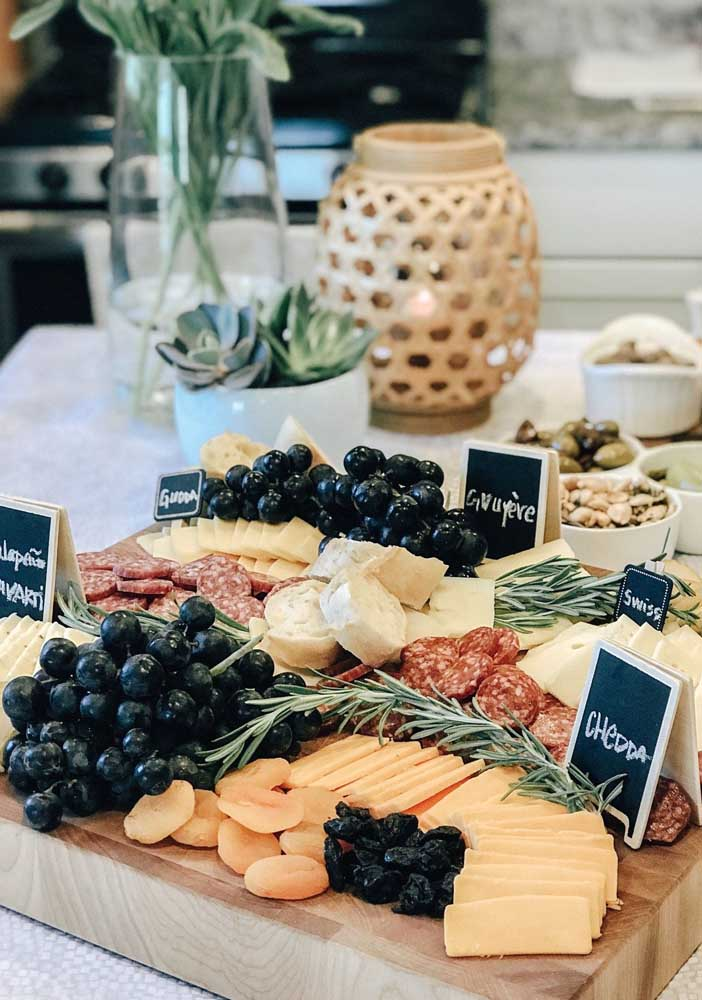 Ameixas e uvas fazem companhia para os queijos e embutidos dessa tábua de frios para uma recepção pequena