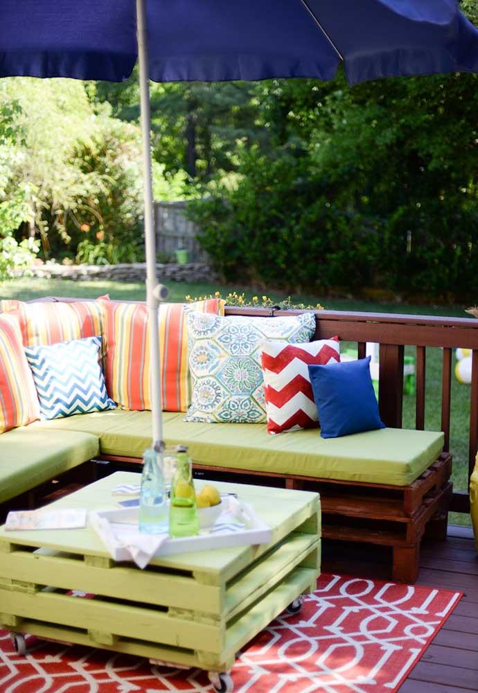 Esse espaço externo ficou lindo e charmoso com a mesa de pallets com rodízios em conjunto do sofá no mesmo material