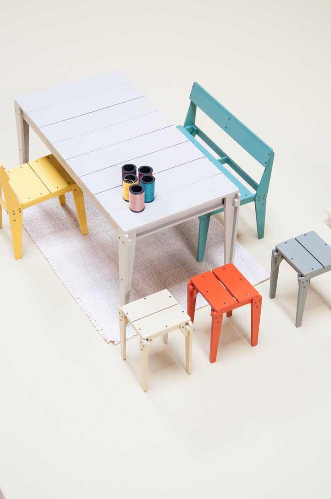Mesa e cadeiras de pallets coloridos para o cantinho das crianças; lembre-se de deixar na altura ideal dos pequenos