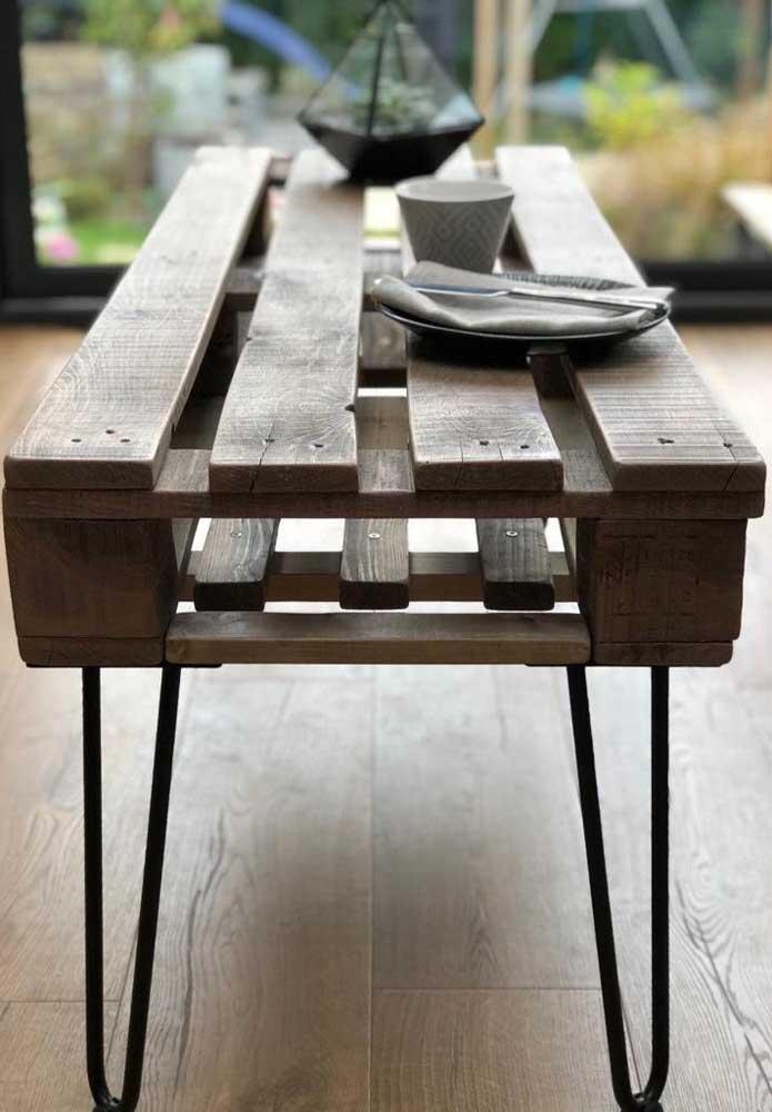Moderna e cheia de personalidade, essa mesa de pallet com hairpin legs deixa qualquer ambiente mais interessante