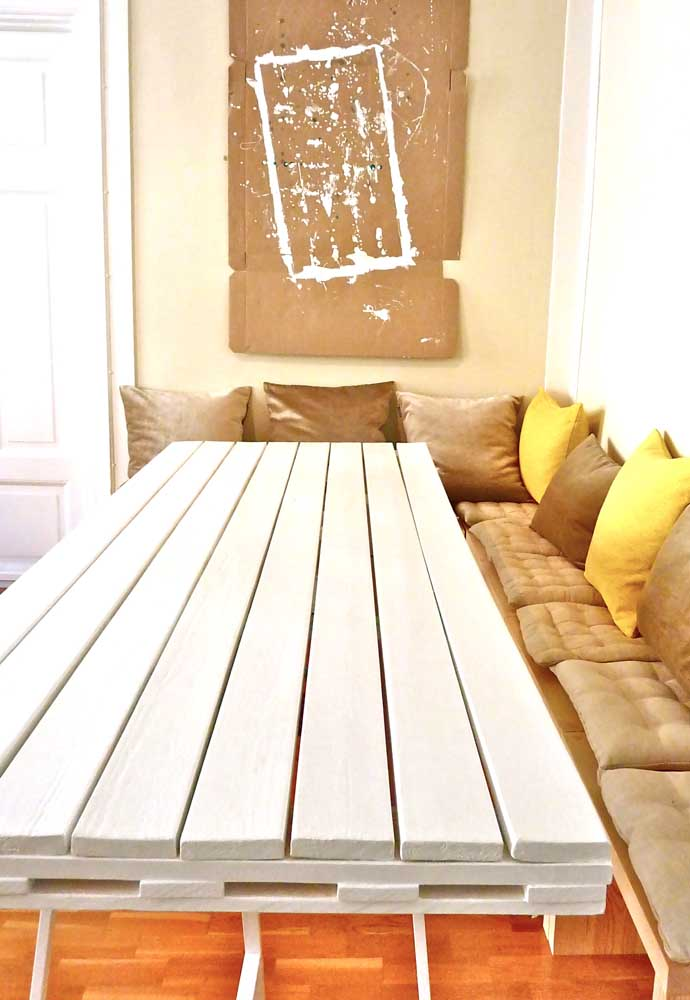 A pintura branca deixa a mesa de pallets com um aspecto mais clean