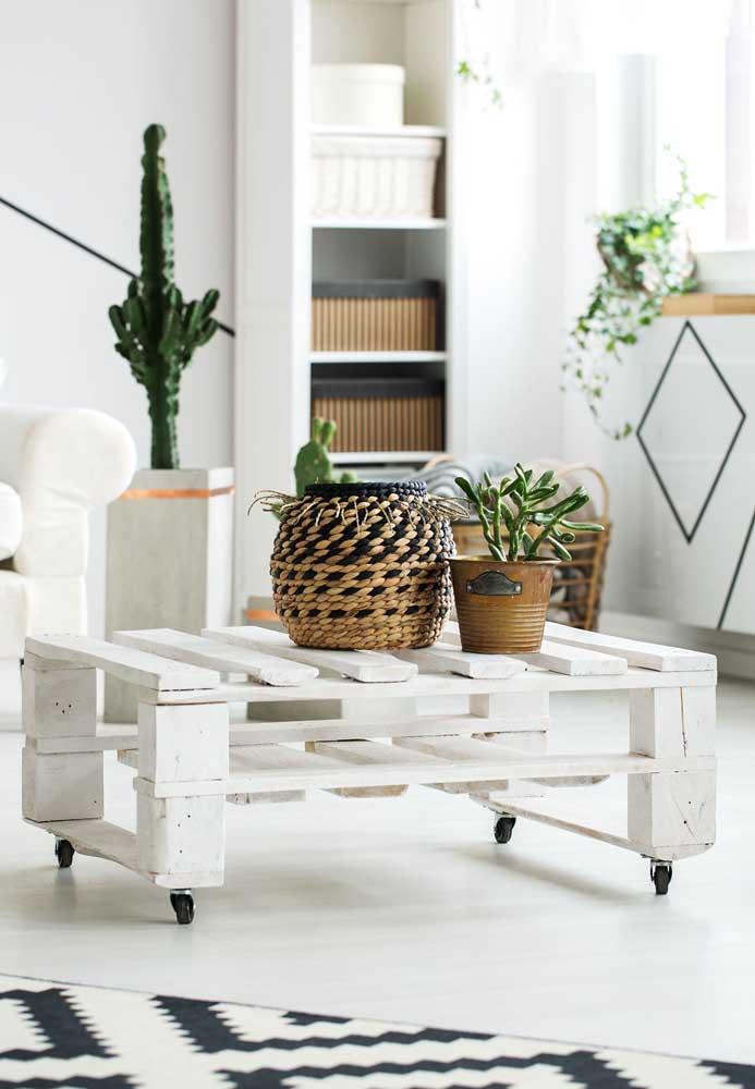 Delicada e moderna, essa mesa de pallets branca conta ainda com a funcionalidade dos pés rodízios