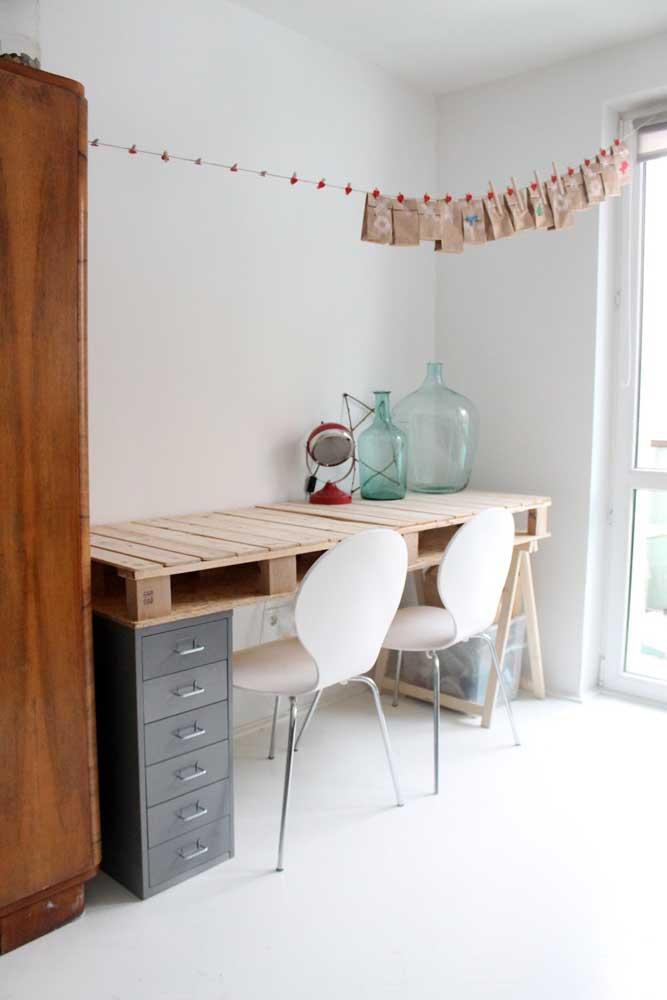 Solução criativa e original para a mesa de pallet; repare que os pés foram criados, de um lado, com gaveteiro e, do outro, com cavalete