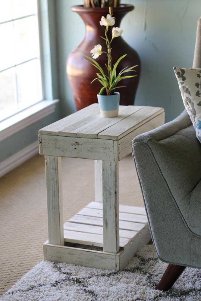 Mesa lateral de pallet simples e discreta, mas marcando a sala de estar com personalidade e estilo
