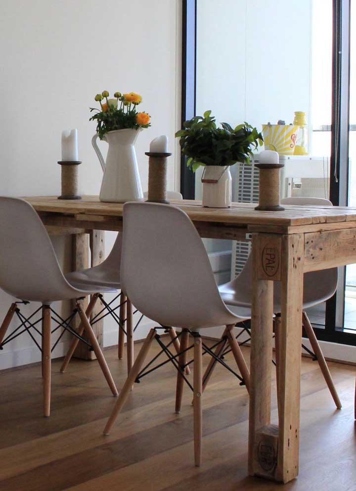 Mesa de pallet com quatro lugares em formato retangular; um modelo básico e simples que cabe em qualquer lugar