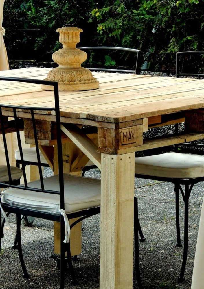 Mesa de pallet para a área externa; as cadeiras de ferro completam o visual do conjunto