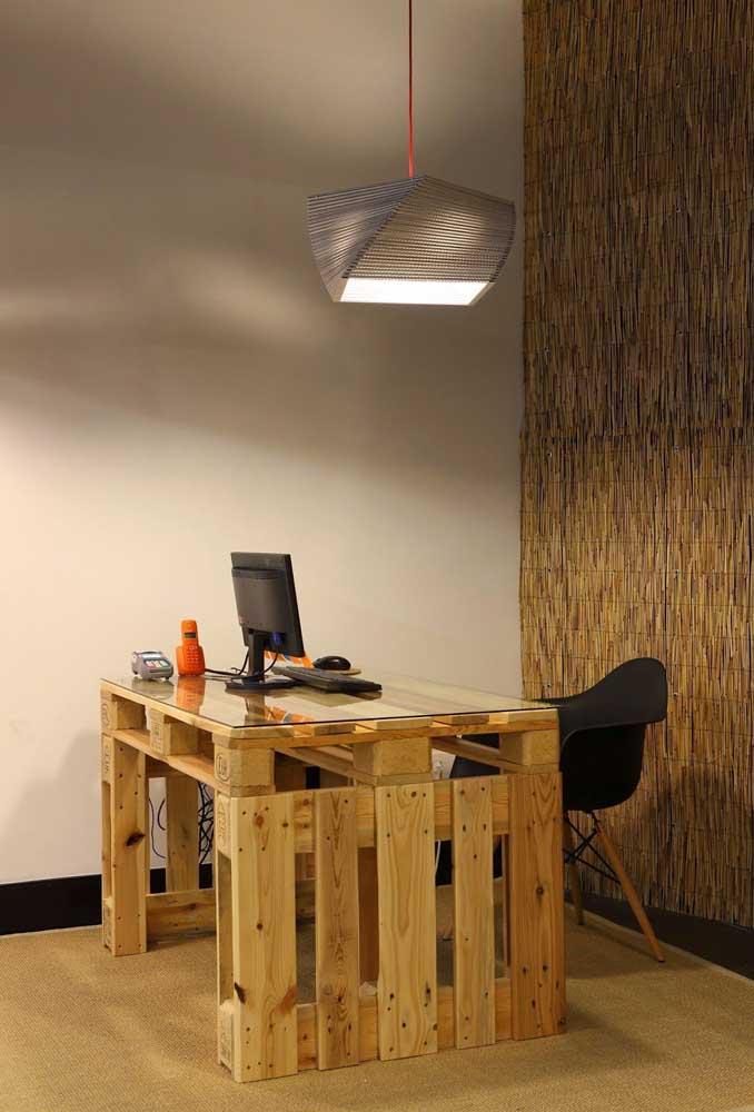 Escritório moderno e jovial com mesa de pallet com tampo de vidro