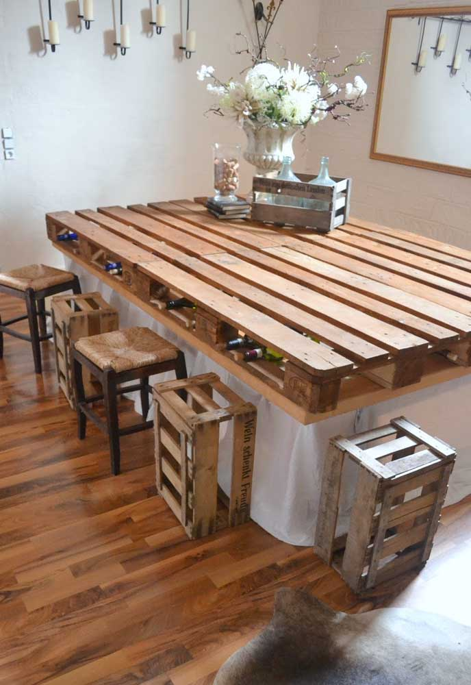 Olha que ideia criativa: aqui, os espaços do pallet foram usados para armazenar garrafas, transformando a mesa em um tipo de bar também
