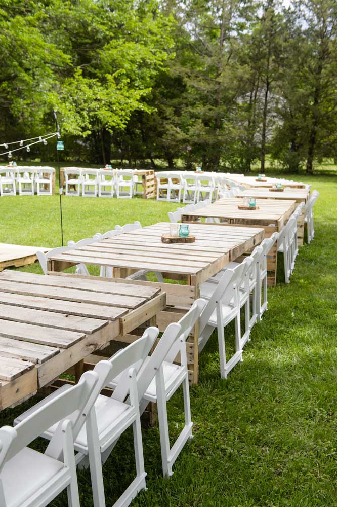 Festa de casamento decorada com mesas de pallet; solução econômica e ecológica