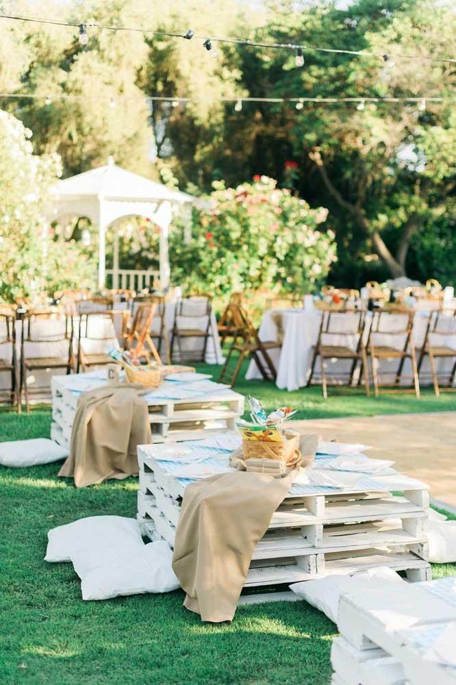 Nas festas, as mesas de pallet são um convite a descontração e informalidade