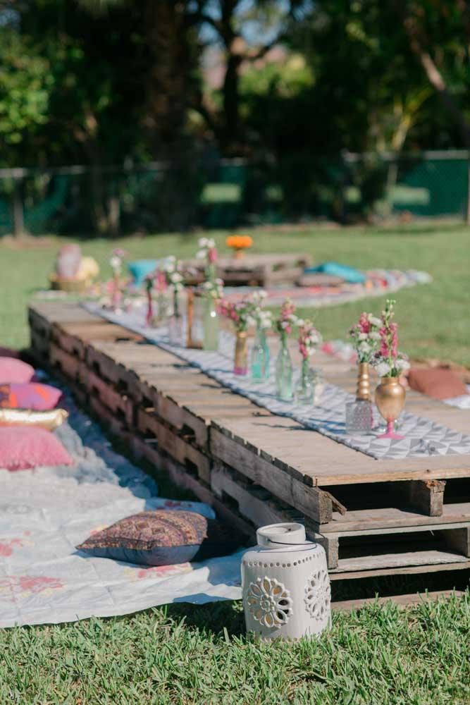 Nessa festa ao ar livre, em estilo piquenique, os convidados contam com o charme e a praticidade das mesas de pallet