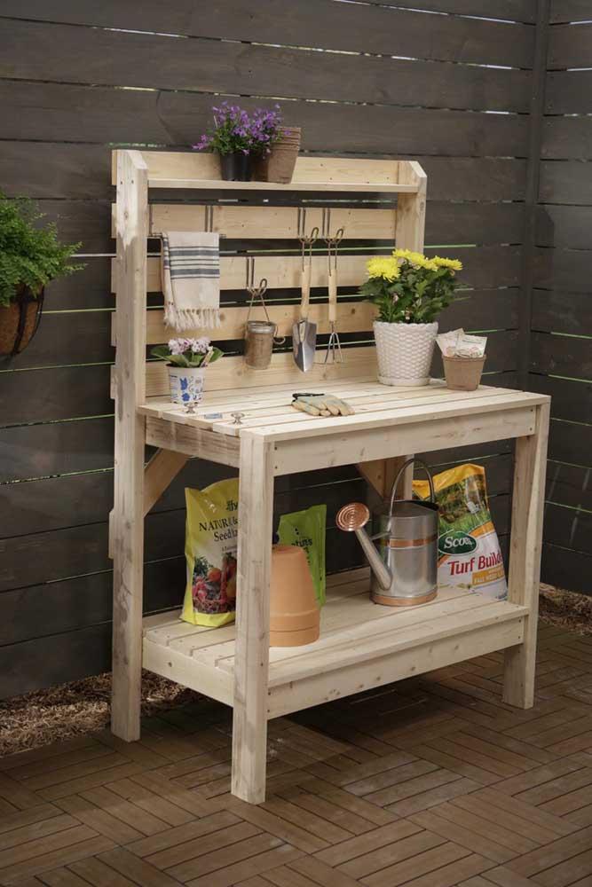 Pequena mesa de pallet para organizar os itens de jardinagem; o aspecto rústico do material combina perfeitamente com a proposta