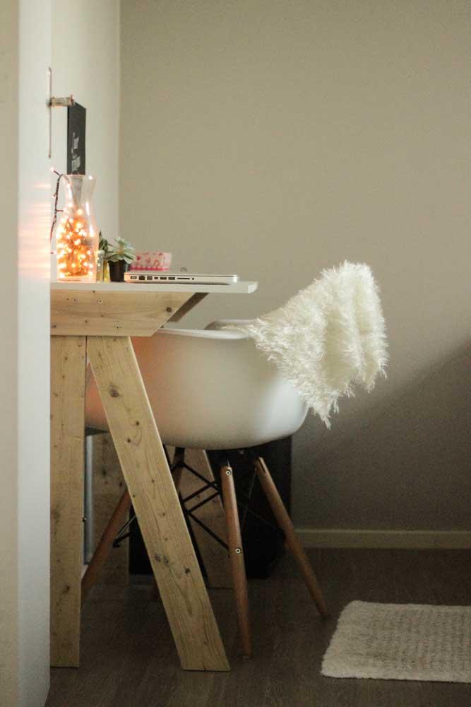 Escrivaninha de pallet para o quarto: modelo pequeno, simples e muito bonito