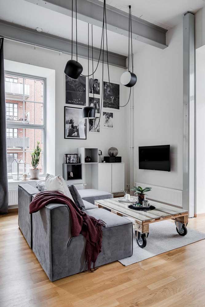 O tom rústico dos pallets casa muito bem com as tonalidades neutras da sala de estar