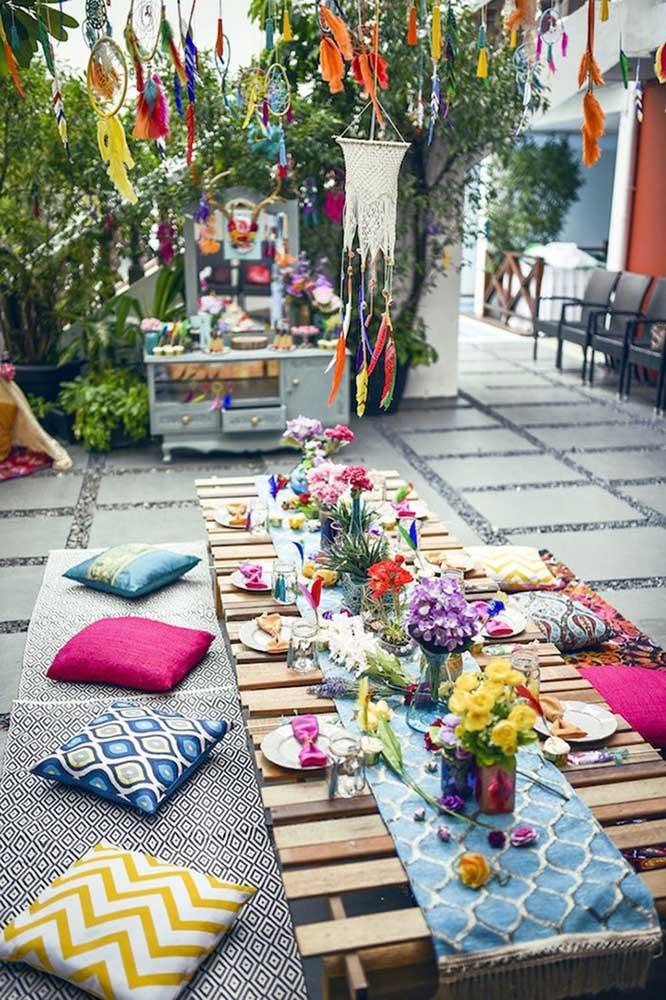 Almofadas no chão e mesa baixa de pallets: está criada uma decoração de festa descontraída e despojada