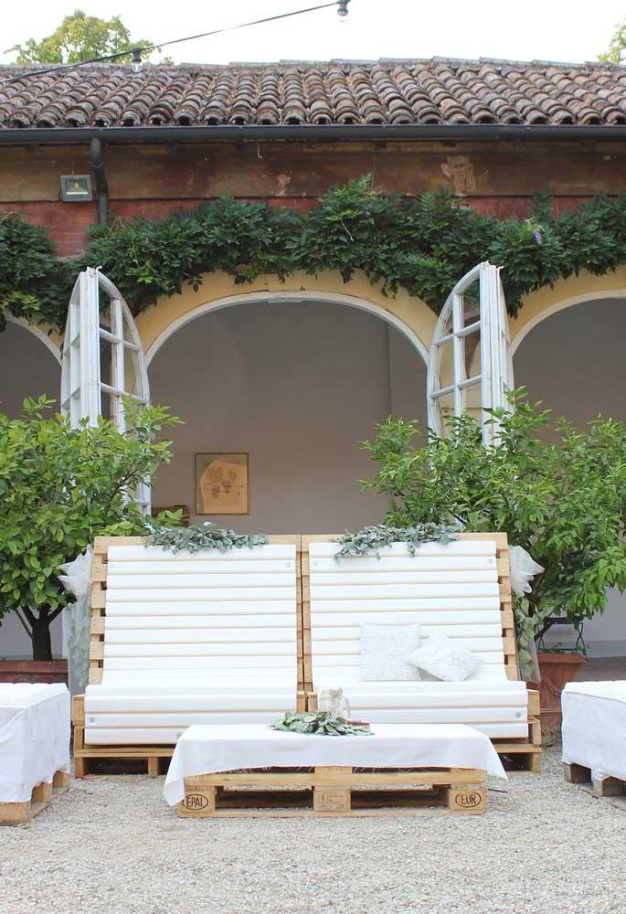 Conjunto de espreguiçadeiras e mesa de centro feito em pallets; a cobertura branca deu um charme a mais para a peça