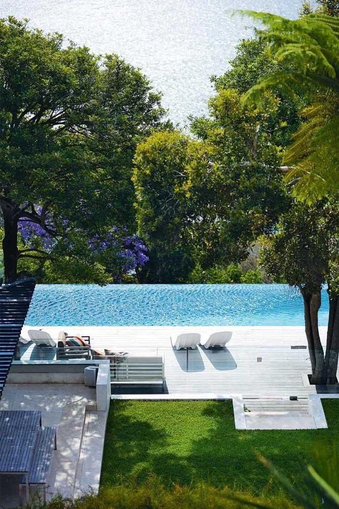 Piscina com borda infinita em terreno com declive: modelo ideal para esse estilo de piscina