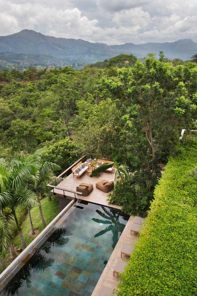 Vista de cima desse projeto arquitetônico maravilhoso com piscina de borda infinita incluída