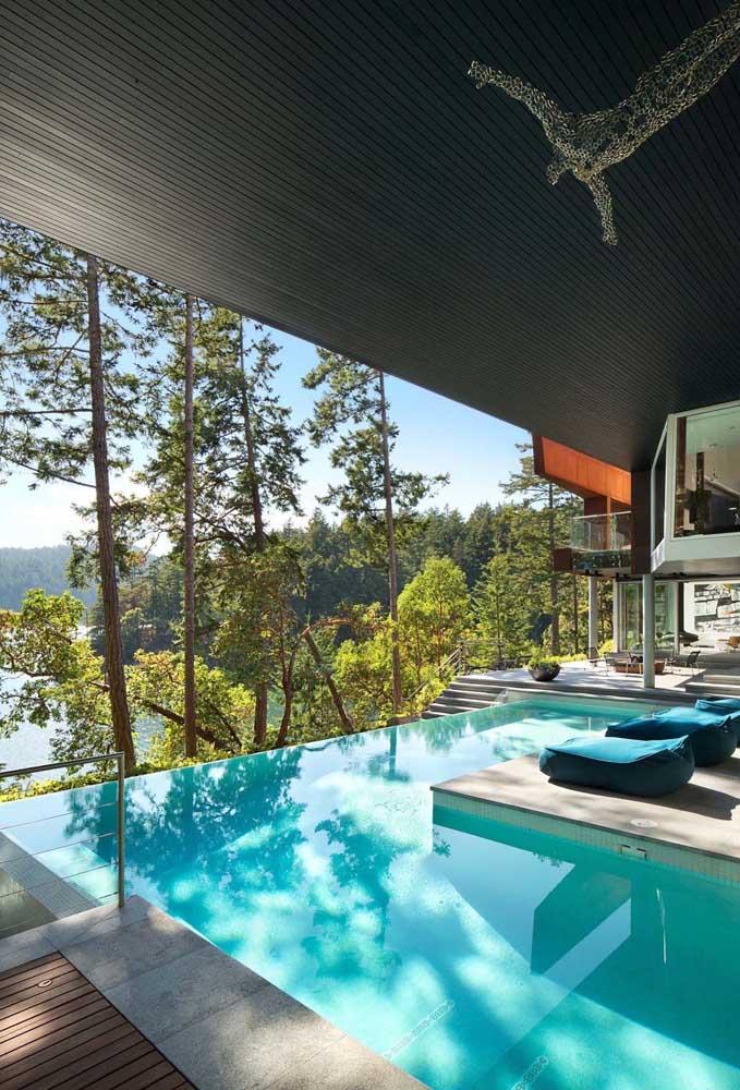 Piscina com borda infinita para a casa contemporânea; parte da piscina recebeu cobertura