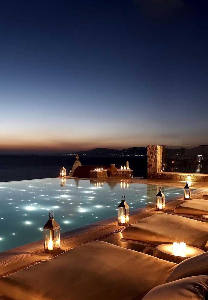 A piscina com borda infinita ganha um visual ainda mais extraordinário durante a noite, integrada a vista panorâmica
