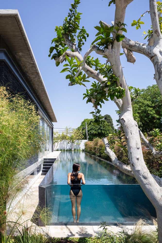 A piscina com borda infinita de vidro agrega muito mais design e estilo ao projeto