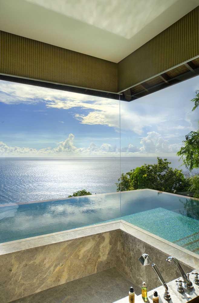 Terrenos com vista para o mar são opções perfeitas para piscinas com borda infinita