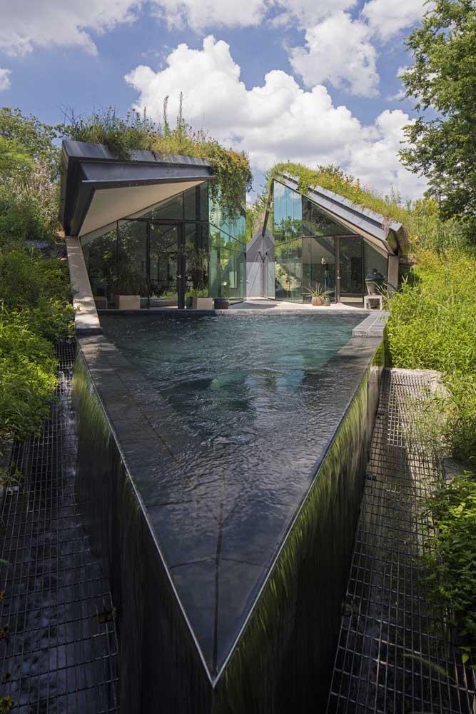 Esse modelo de piscina com borda infinita traz ao redor um vão com ralo para receber a água que escorre