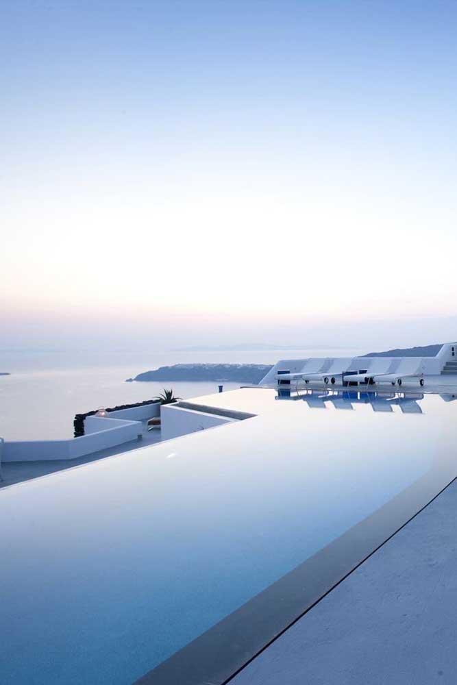 A piscina com borda infinita se tornou um espelho d'água de frente para o mar