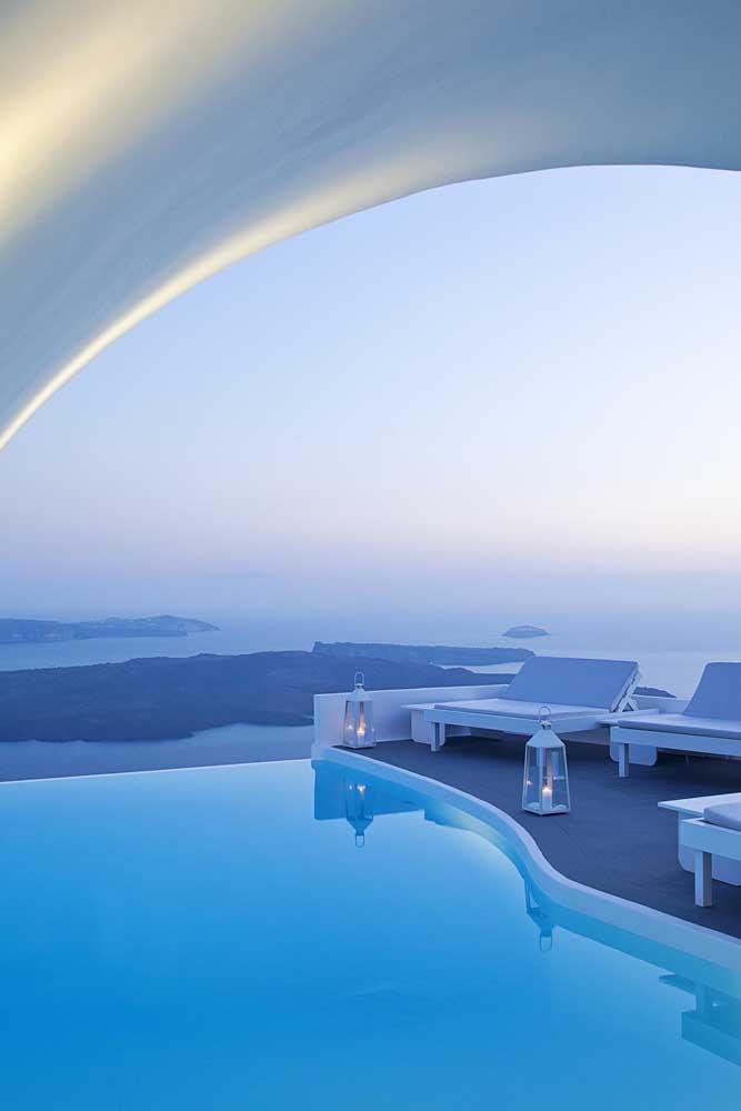 Um modelo super contemporâneo de piscina com borda infinita para residências
