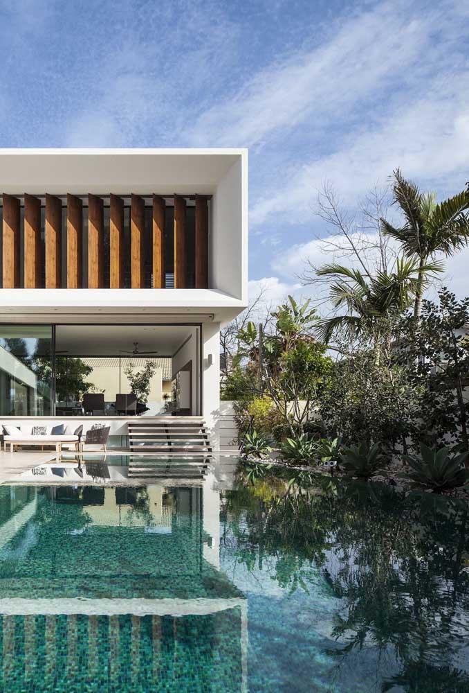 Nesse projeto, a piscina com borda infinita dobrou de tamanho graças a ilusão criada pelo projeto