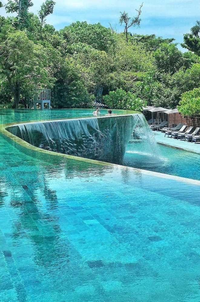 Piscina com borda infinita com sistema de movimento que faz com que a água caia na outra piscina logo abaixo
