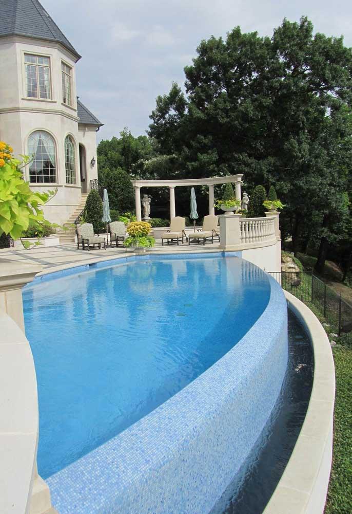 Nessa casa, o destaque vai para o vão entorno da piscina demonstrando o funcionamento da estrutura de borda infinita