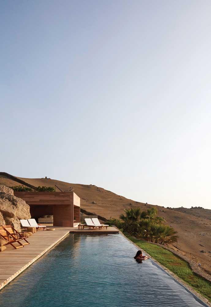 Uma inspiração belíssima de piscina com borda infinita em casa de campo