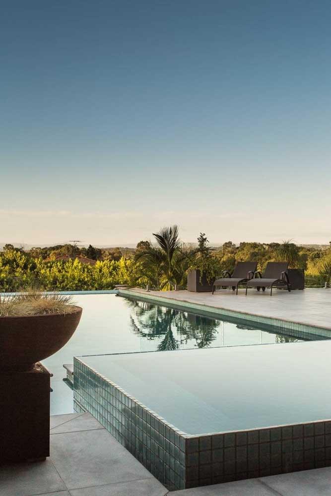 A piscina com borda infinita garante vistas maravilhosas