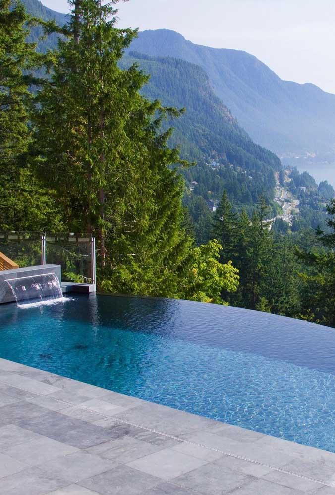 Uma vista panorâmica perfeita da piscina com borda infinita