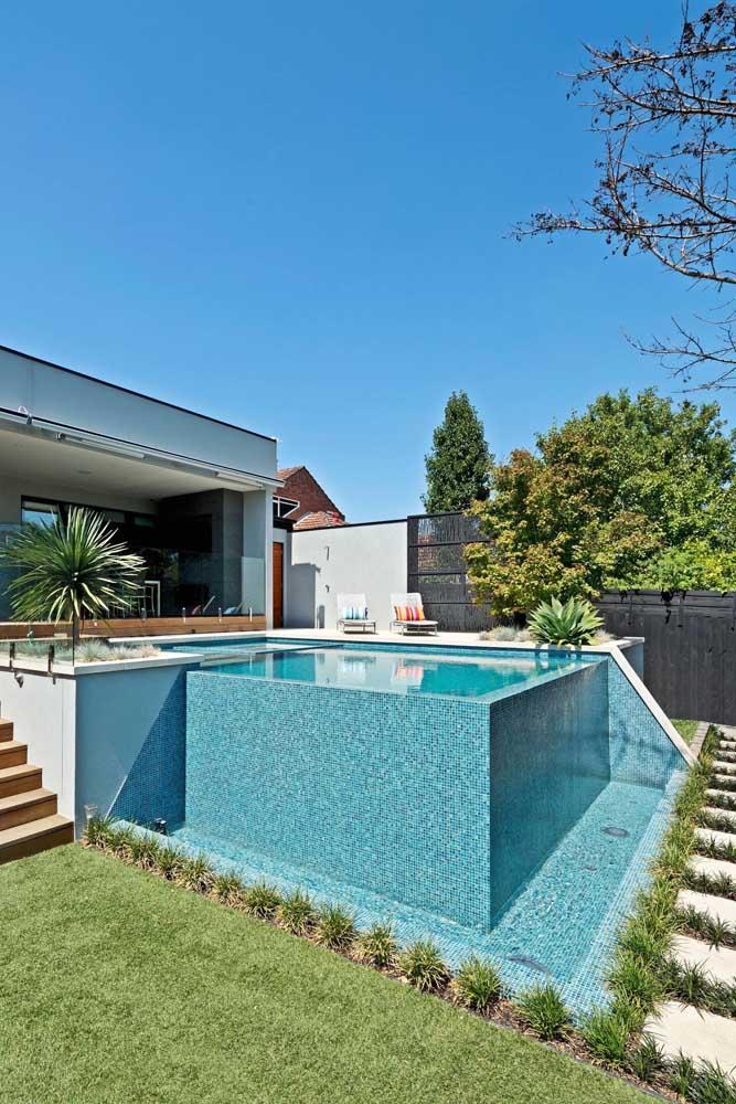 Aqui, a piscina com borda infinita foi construída em um terreno plano e precisou de bordas maiores para manter a impressão de profundidade
