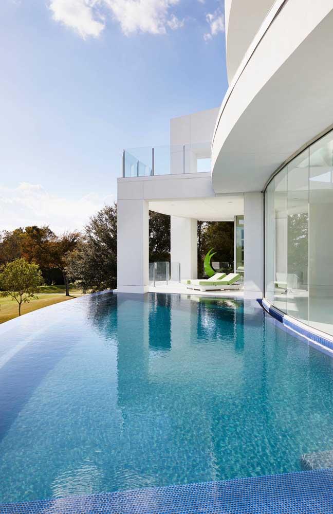 Casa contemporânea com piscina de borda infinita