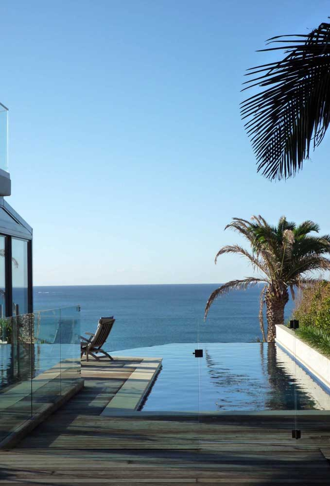 Piscina com borda infinita com vista para o mar; integração incrível entre os cenários