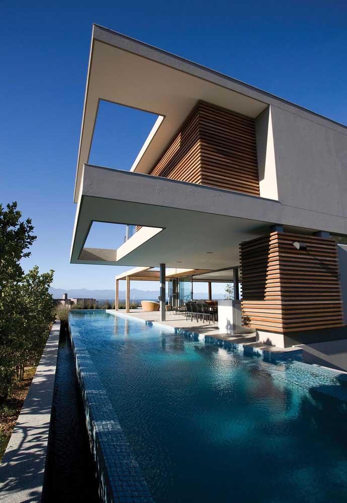 Piscina com falsa borda infinita para a casa em estilo moderno