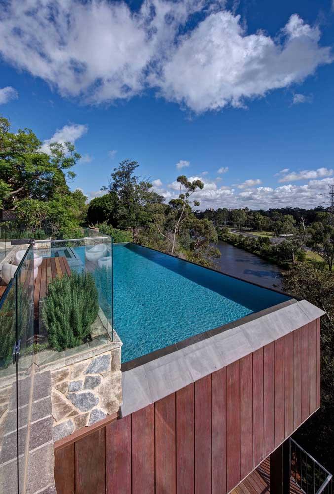 A visão panorâmica ficou completa com a piscina de borda infinita