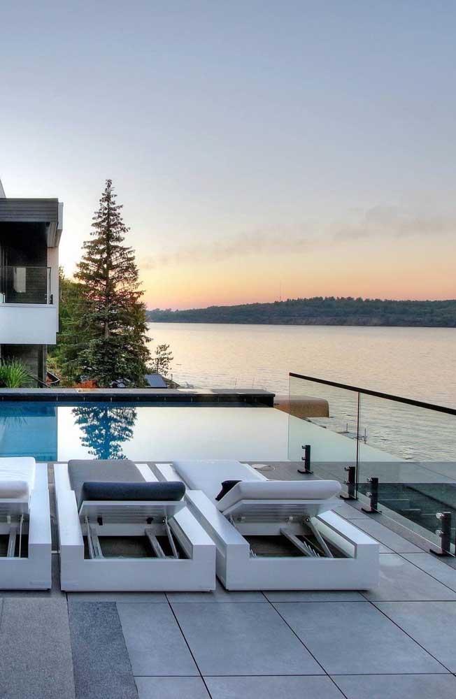 Projetos residenciais com vista para o mar ficam ainda mais bonitos com piscinas de borda infinita